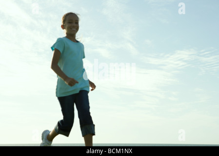 Fille courir, low angle view, blurred Banque D'Images