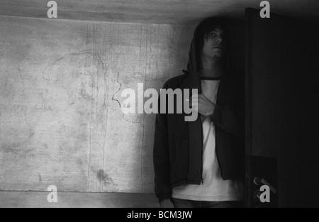 L'homme se cacher derrière la porte Banque D'Images