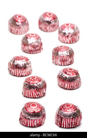 """10 d'argent et rouge 'fleuret couvertes"""" 'chocolat' gâteaux de thé Banque D'Images"""
