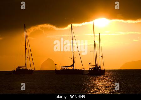 Coucher de soleil sur un voilier en Martinique Banque D'Images