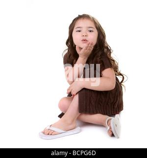 Beau Jeune enfant soufflant un baiser sur fond blanc Banque D'Images