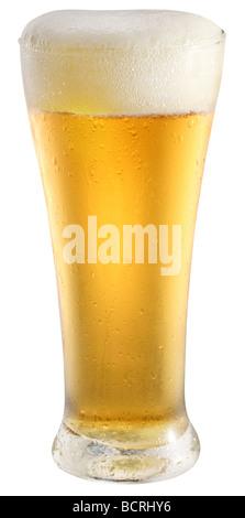 Bière légère en verre sur un fond blanc Banque D'Images