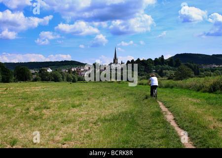 Un cycliste près de Ross on Wye, Herefordshire en Angleterre sur un jour d'été.