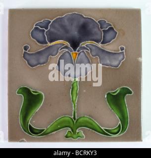 J.H. Art Nouveau Barratt et Co. de Stoke-on-Trent tuile décorée avec une grande fleur d'iris et son feuillage, faite Banque D'Images