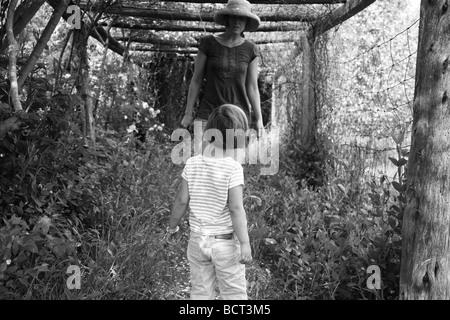 Mère fille avec randonnées en forêt Banque D'Images