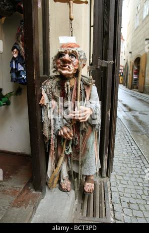 Une grande marionnette marionnette à l'extérieur d'une boutique à Prague République Tchèque Banque D'Images