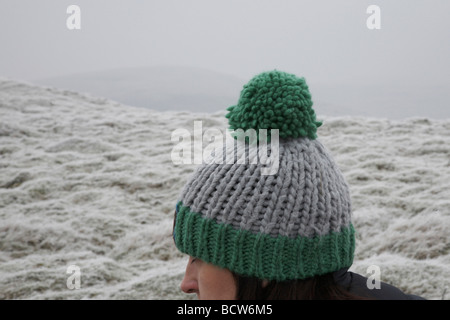 Jeune femme portant woolly pom pom hat outdoors Banque D'Images
