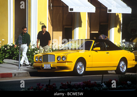 Rolls Royce jaune garée sur Rodeo Drive à Beverly Hills, CA Banque D'Images