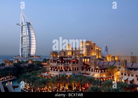 Burj Al Arab et Madinat Jumeirah au crépuscule, Emirats Arabes Unis Banque D'Images