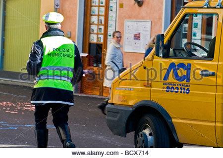 Suppression d'une voiture en stationnement illégal Banque D'Images