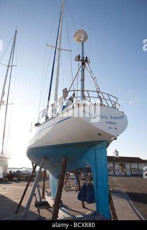 Location de bateau sur la terre ferme. calé. bleu ciel. Banque D'Images