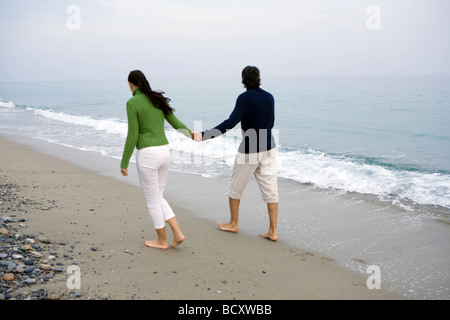 Couple walking on beach Banque D'Images