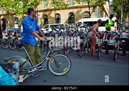 Paris France, les gens à l'aide libre d'embaucher, les bicyclettes, Velib, vélo, trottoir stationnement vie français Banque D'Images