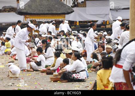 Prier les pèlerins, festival du Nouvel An hindou, Pura Besakhi, qui a lieu tous les 10 ans, au volcan Agung, 2567m, Bali, République d'Indonésie