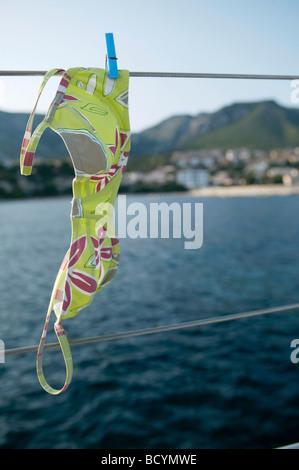 Haut de bikini à la ligne, à bord de bateau à voile Banque D'Images