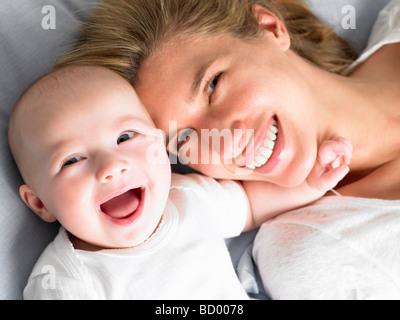 Le bébé et la mère sur le lit, en plongée des Banque D'Images