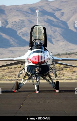 U.S. Air Force Thunderbirds F-16 Fighting Falcon est assis sur la rampe avant une démonstration en vol au Reno Air Races 2008
