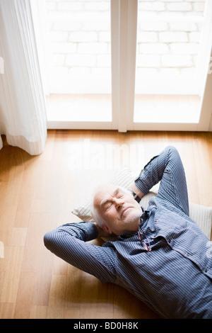 Vieil homme détente sur marbre Banque D'Images