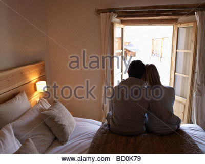 Woman and man sitting on bed Banque D'Images