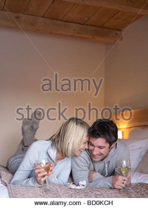 La femme et l'homme lying on bed smiling Banque D'Images