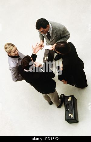 Les associés se tenant ensemble avoir discussion, high angle view Banque D'Images