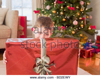 Boy holding Christmas Gift Banque D'Images