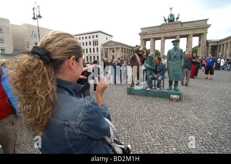 Les touristes posent pour des photos à l'extérieur de la porte de Brandebourg La Porte de Brandebourg à Berlin Banque D'Images
