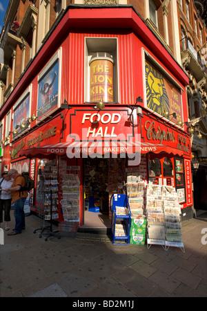 Corner shop 'Crispins Food Hall' de marchands de Shaftesbury Avenue, Londres, Angleterre, Royaume-Uni. L'Europe