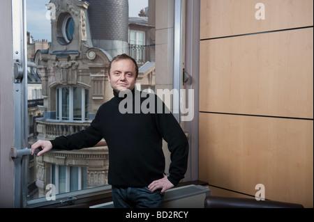 Homme de 50 ans à fenêtre, Paris Banque D'Images