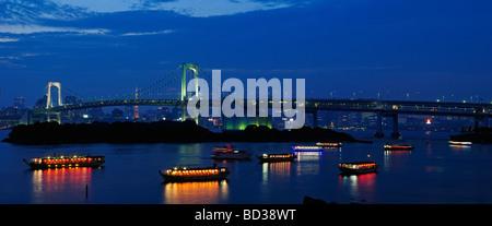 Le Rainbow Bridge et de la ville de Tokyo Japon skyline at Dusk Banque D'Images