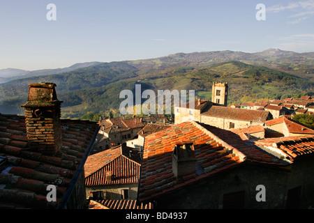 Village et paysage Santa Fiora Monte Amiata Toscane Italie Banque D'Images
