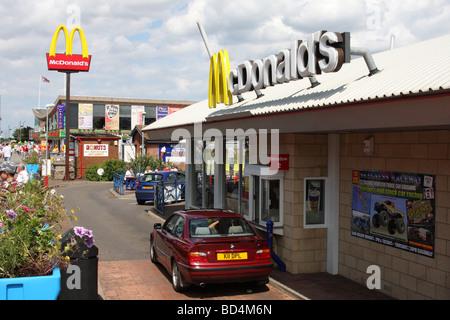 Un restaurant McDonald's à travers l'entraînement au Royaume-Uni. Banque D'Images