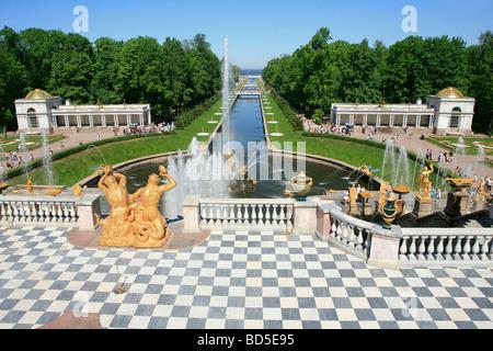 La fontaine Samson, la Grande Cascade et la mer Canal à Peterhof à Saint Petersburg, Russie