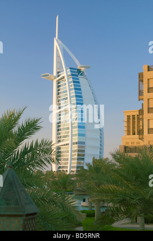 Vue de l'hôtel Burj Al Arab de la Madinat Jumeirah resort de luxe, Jumeirah, Dubaï, Emirats arabes unis (EAU) Banque D'Images