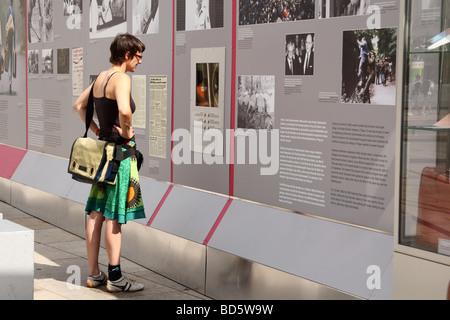 """Exposition sur l'Alexanderplatz commémorant 20 ans depuis la chute du """"rideau de fer"""" Banque D'Images"""