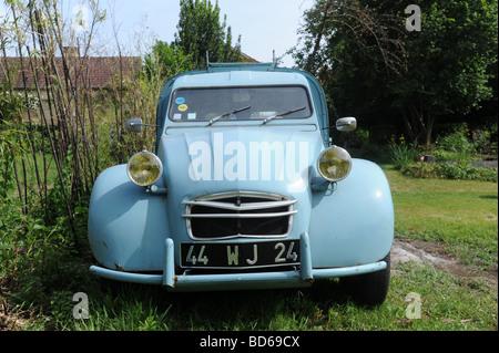 Voiture française classique 1966 Citroen van avec les phares jaunes