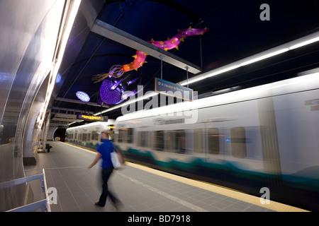 Femme débarquant d'un train à la gare de Beacon Hill Sound Link Light Rail Transit, Seattle, Washington. Banque D'Images