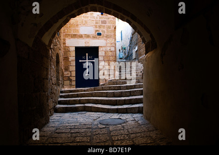 Une allée voûtée menant à St Michael's Greek Orthodox Church dans la vieille ville de Jaffa Israël Banque D'Images