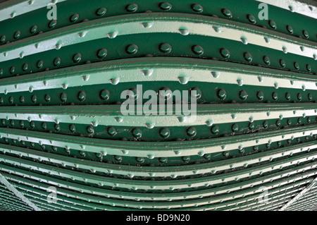 Rivets dans les poutres en acier sur le dessous du pont de chemin de fer close up comme modèle abstract background image manipulée