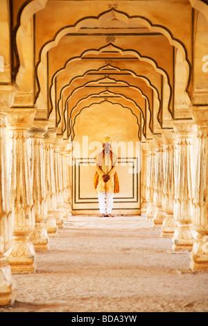 Homme debout dans un fort, Fort Amber, Jaipur, Rajasthan, Inde Banque D'Images