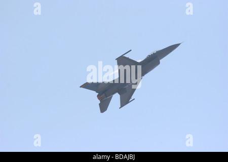 F-16 Fighting Falcon de faire une montée avec afterburner sur à Abbotsford International Air Show 2006