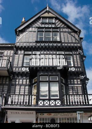 Vue sur cadre en bois situé à l'angle de l'Embankment et Oxford Street Dartmouth Devon UK Banque D'Images
