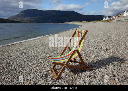 Chaise longue sur la plage de galets désertes à Ardmair écossais Bay, Sutherland, Scotland UK Banque D'Images