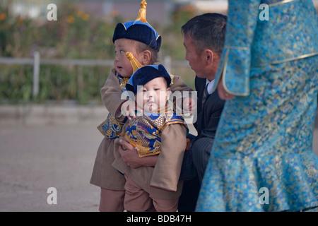 Les jeunes garçons mongol habillés en vêtements traditionnels pour profiter d'une sortie en famille, Oulan-Bator, Banque D'Images