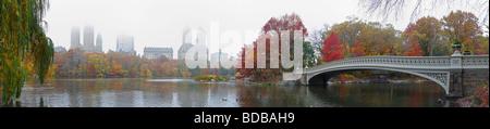 Vue panoramique sur Central Park Une journée d'automne brumeux comme vu du côté du sud du lac Banque D'Images