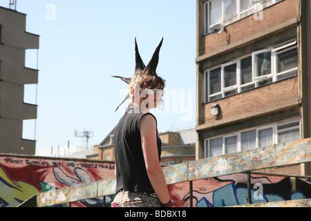 Une fille punk 'Rae Ray émeutes' avec un grand, Mohican Shoreditch, London, UK 2012