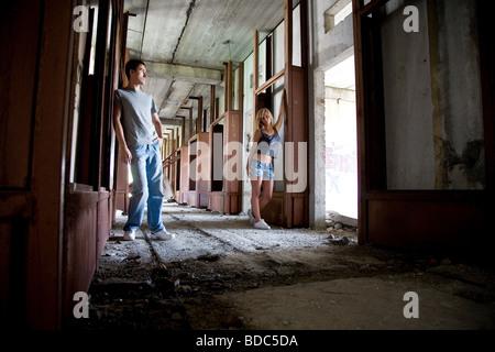 Les jeunes amateurs de beauté dans le bâtiment rouillé Banque D'Images