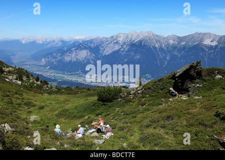 Les randonneurs se reposant à Mt. Patscherkofel, surplombant la vallée de l'Inntal, Tyrol, Autriche, Europe Banque D'Images