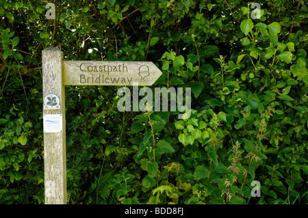 Panneau jusqu'au South West Coast Path à Titchberry sur la péninsule de Hartland, Devon, Enlgland. Banque D'Images