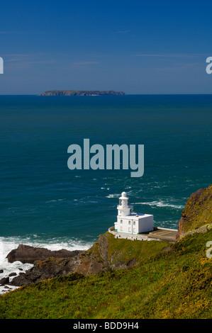 Hartland Point Lighthouse sur la côte nord du Devon avec Lundy Island à l'horizon, Angleterre, Royaume-Uni. Banque D'Images